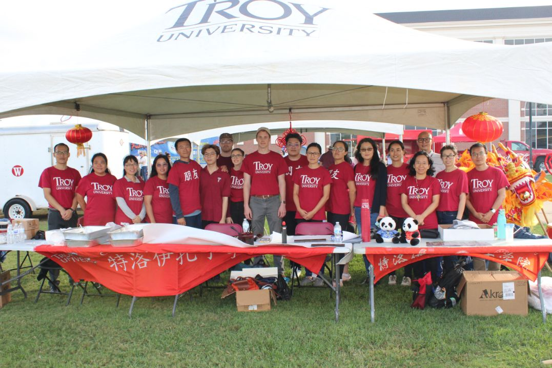 All the Confucius Institute staff, Visiting Scholars, and families gather together for a group picture at the CIT Tailgate tent.