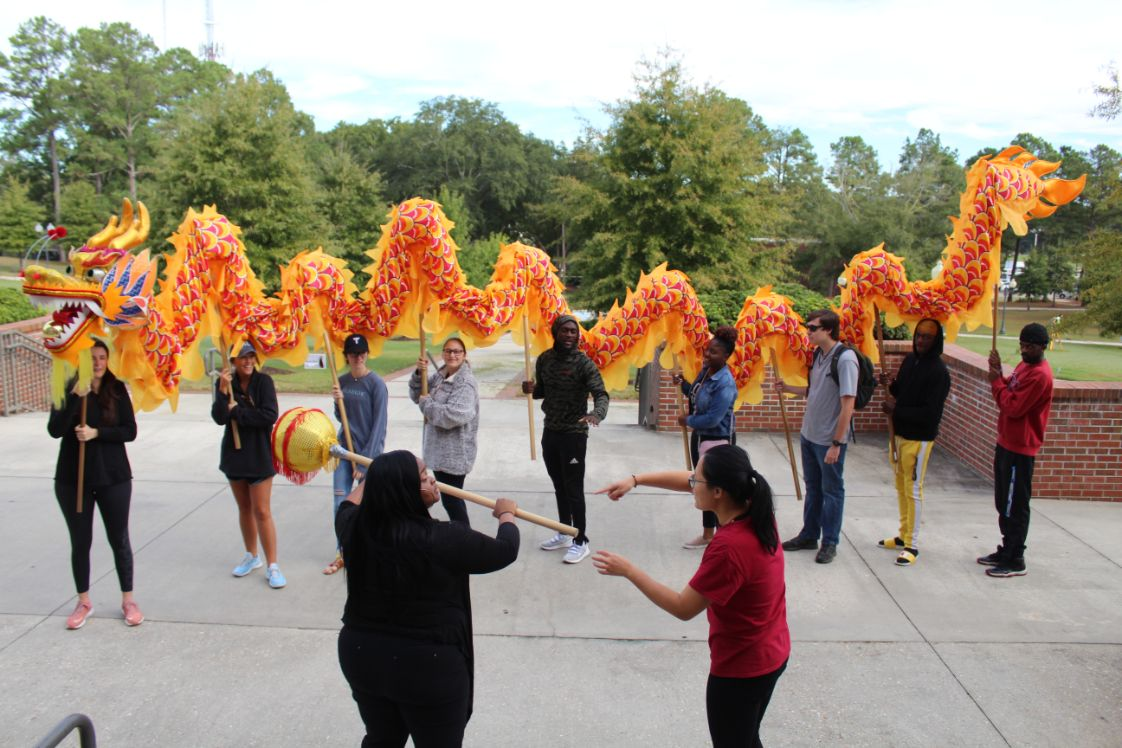 Outside the Confucius Institute, the students take part in the dragon dance.