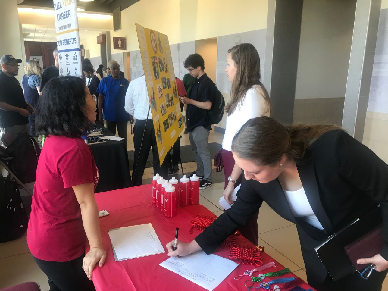 Students sign up and leave contact information for the Confucius Institute.