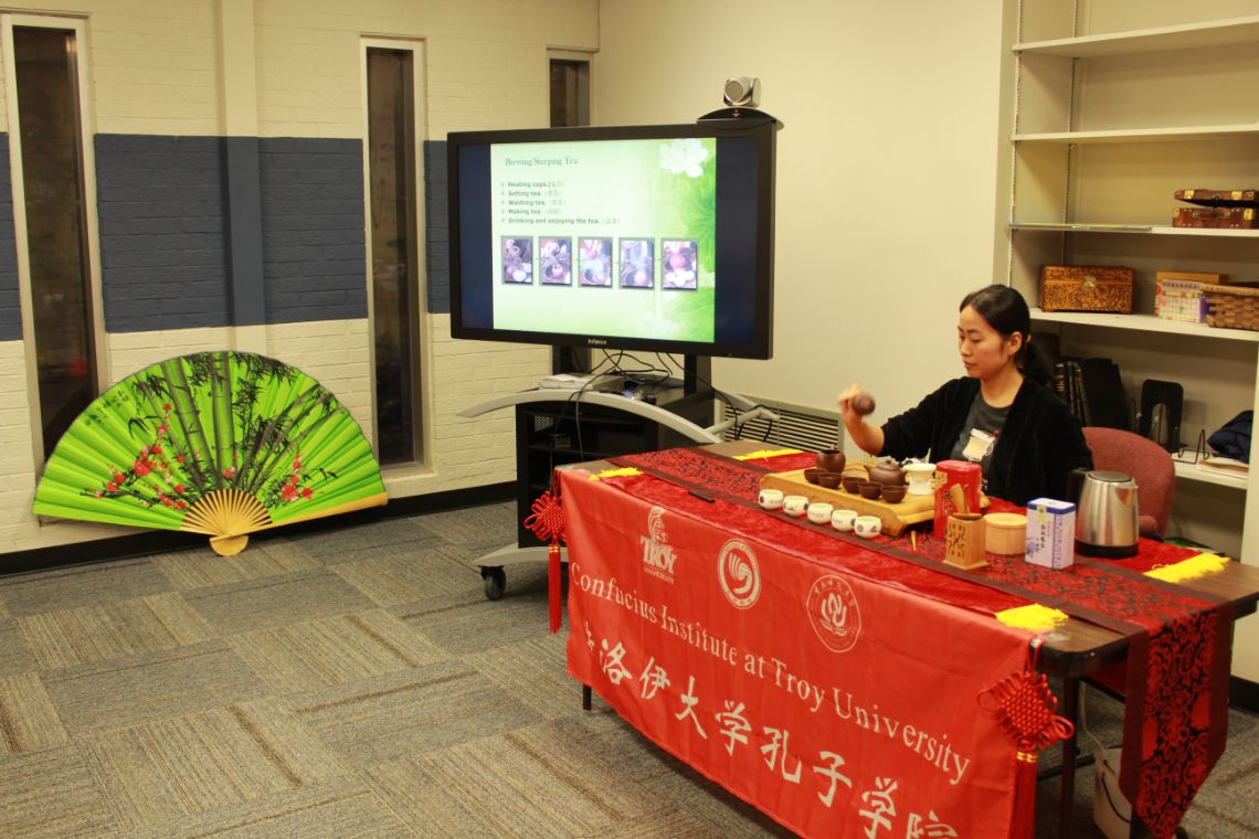 Visiting Scholar, He Yan performs a tea ceremony.