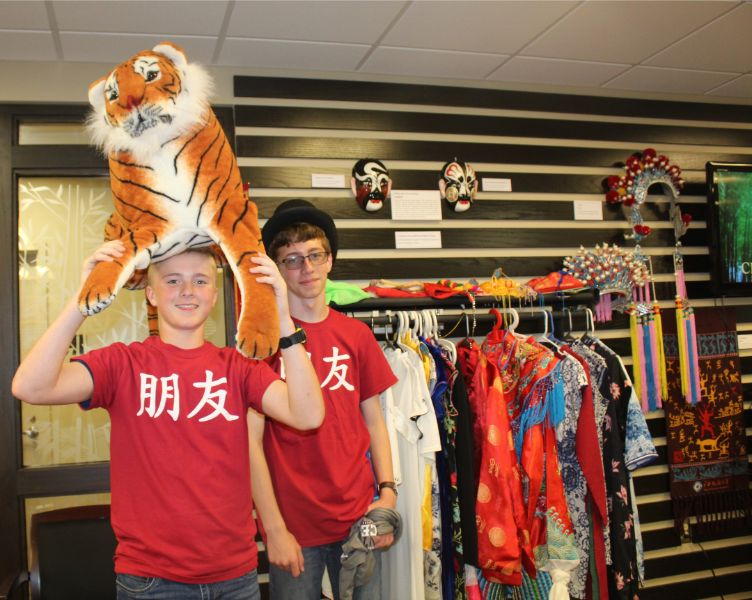 students took pictures with chinese costumes