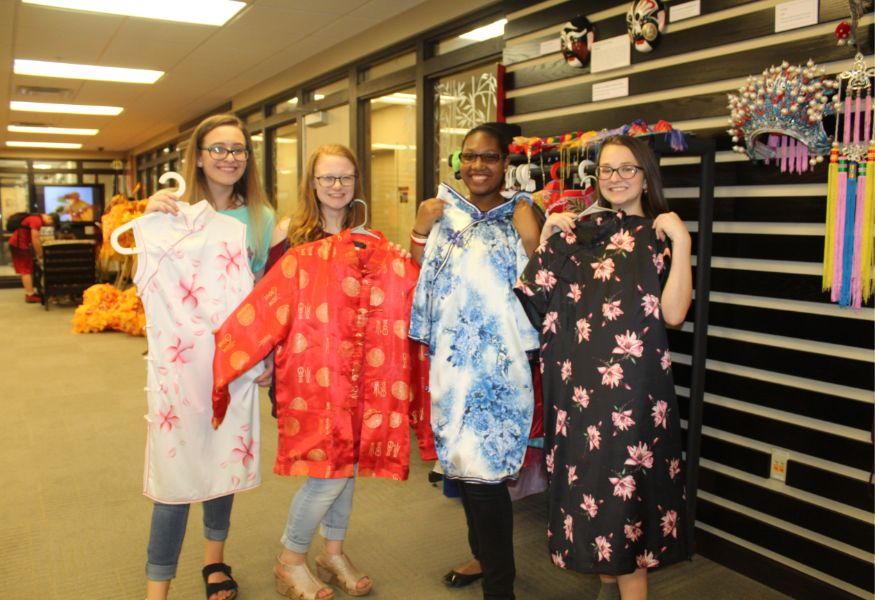 students tried on Chinese costumes