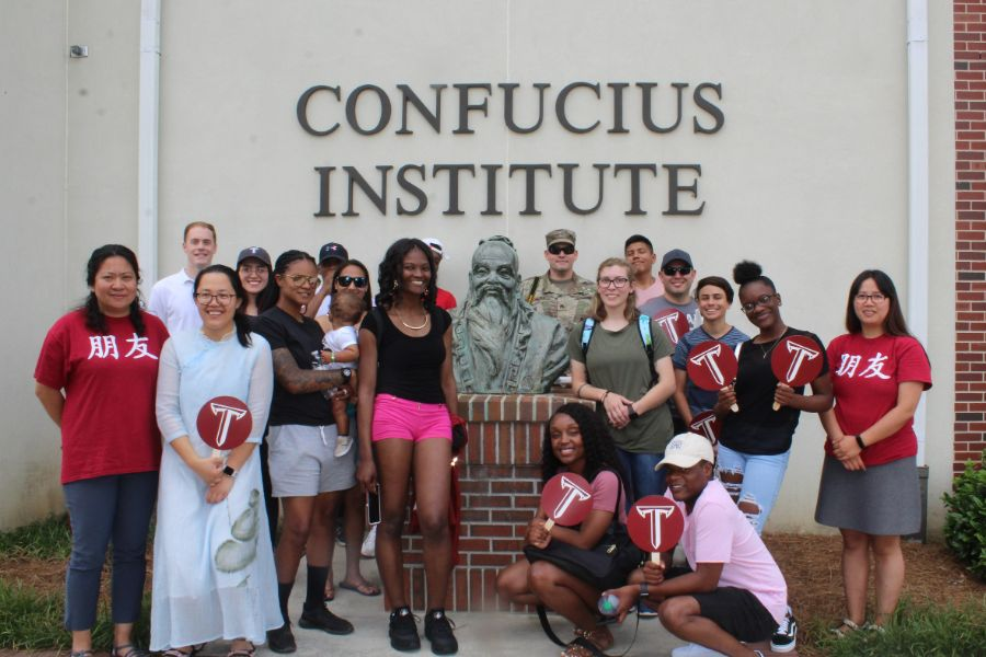 A group picture of CIT staffs, students and soldier from Fort Rucker Air Base cheerfully visited Confucius Institute at Troy University..