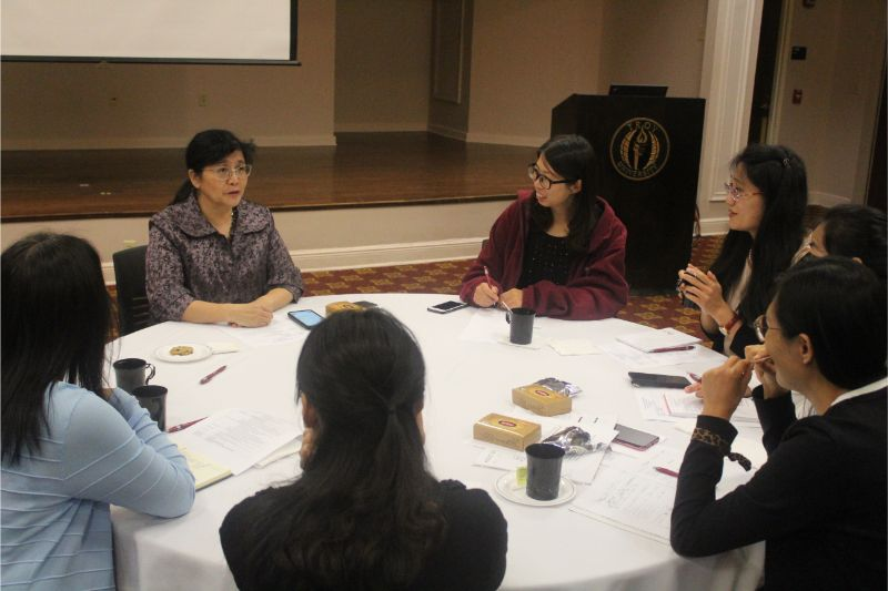 Director of CI, Dr. Hong Xu discussed with visiting scholars from China.