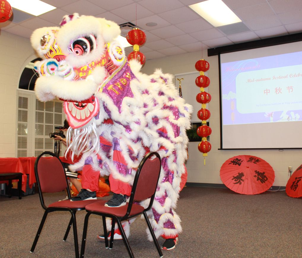 He Yan and her husband amaze the audience with the Lion Dance in full ethnic costume.