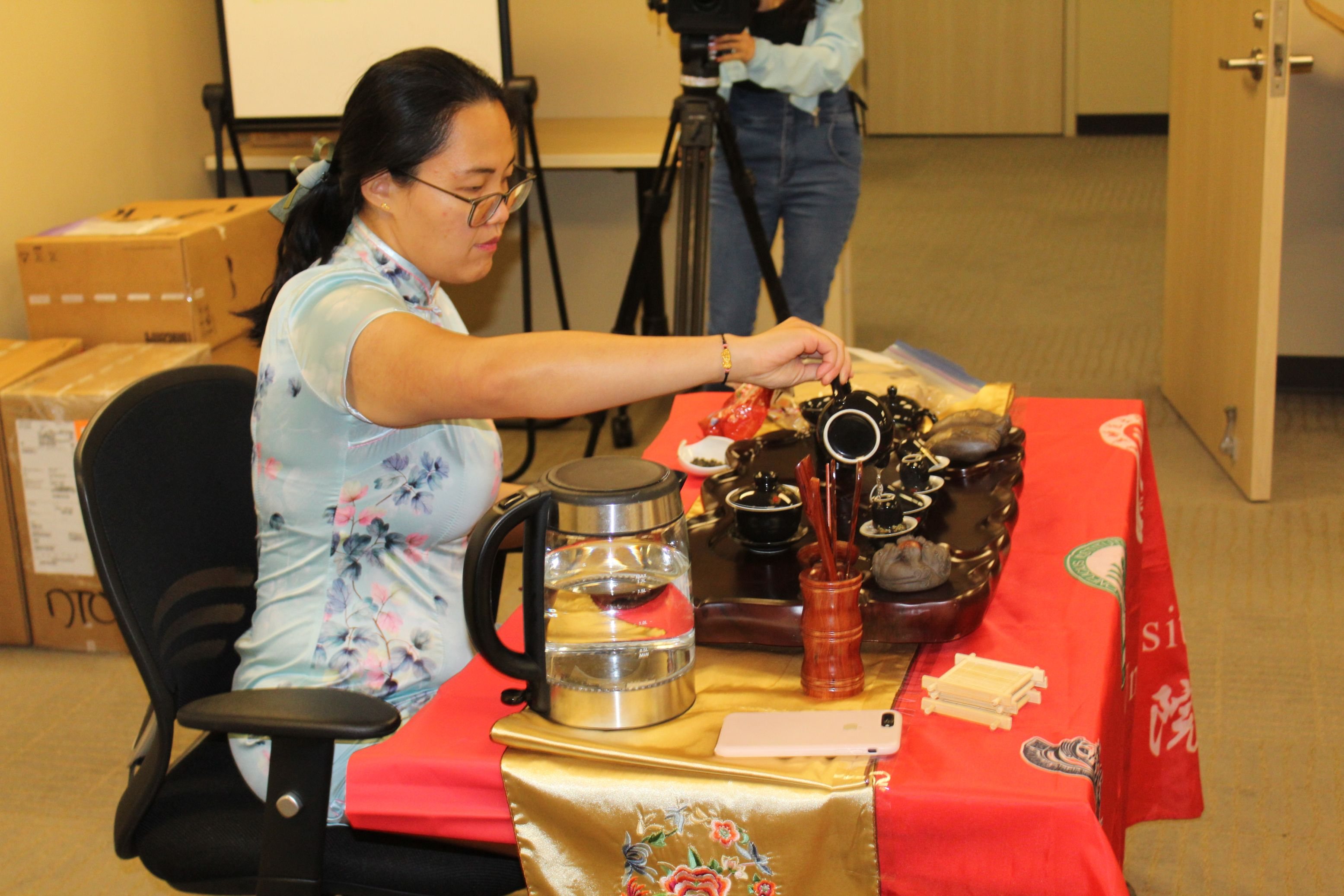 He Jing, Visiting Scholar, pours tea for the class.