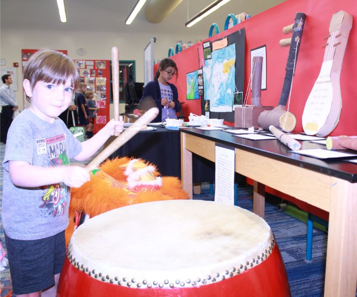 little boy played chinese drum