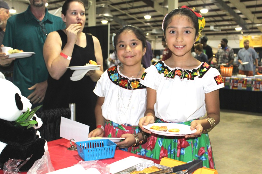 children interested in chinese food at the event